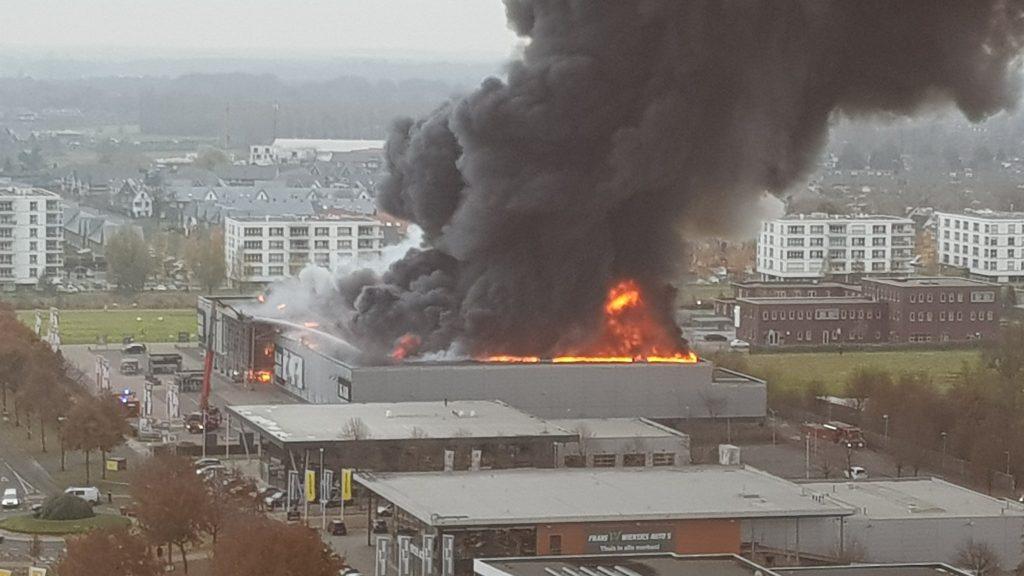 Zeer grote brand bij Karwei in Noord