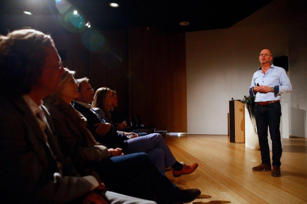 Bioloog Patrick van Veen geeft theatercollege over liefde en verleiding in Apenheul
