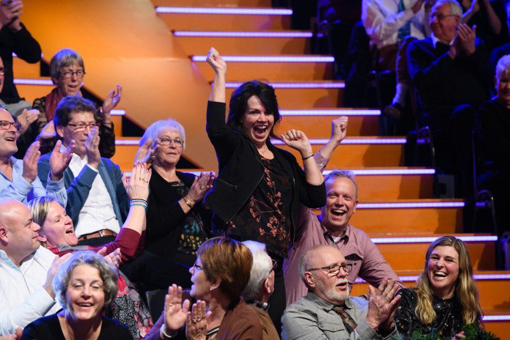 Carla (55) uit Apeldoorn wint gloednieuwe elektrische auto bij nieuwjaarseditie Miljoenenjacht