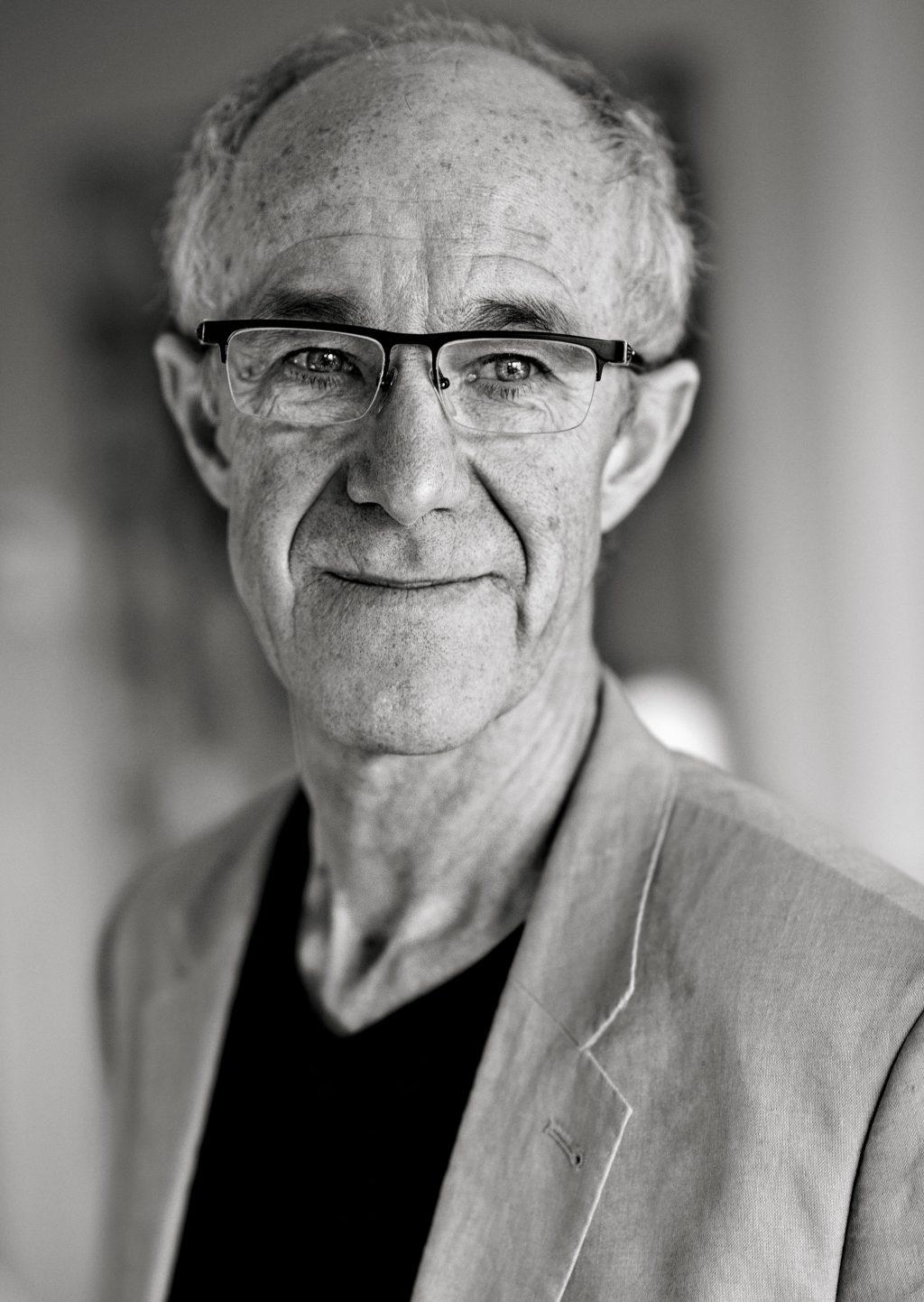 Raymond van het Groenewoud met intieme show naar Grote Kerk in Apeldoorn