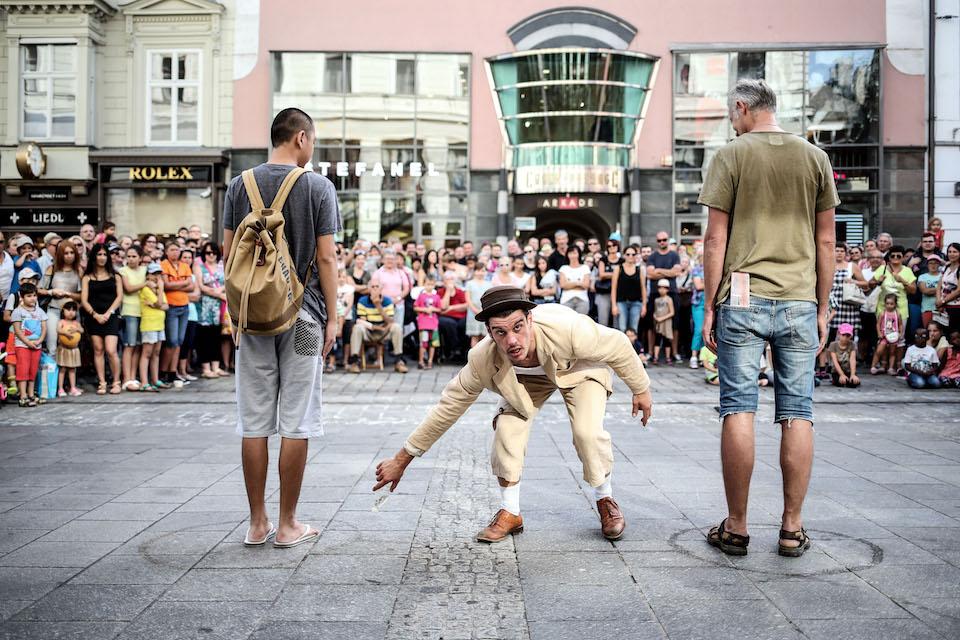 Keur aan artiesten kleurt Apeldoornse Terrassen Parade