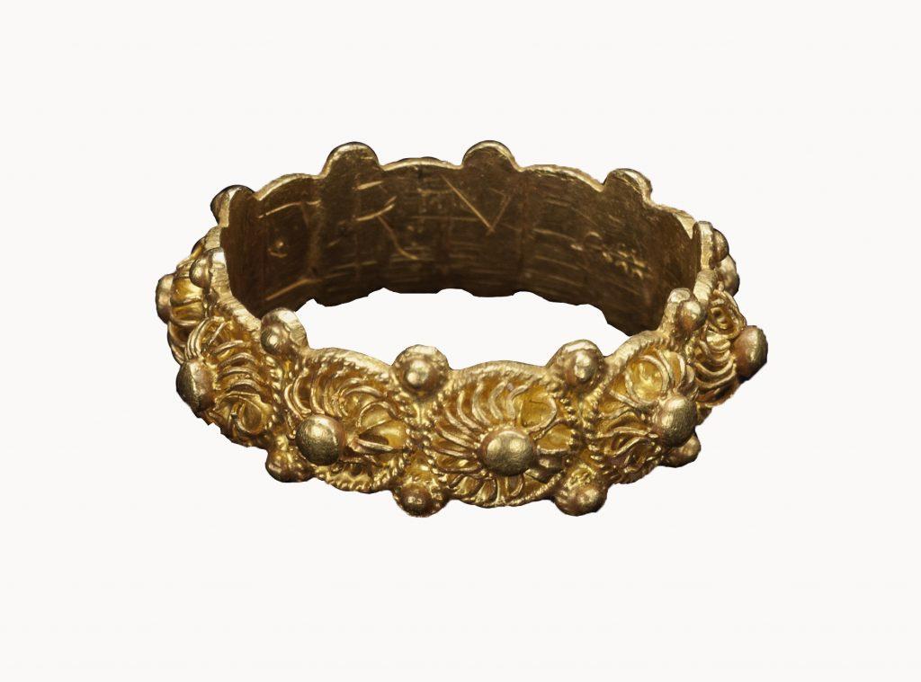 Geheimen uit Gelderse bodem vertelt op boeiende wijze het verhaal van 10.000 jaar archeologische sieraden