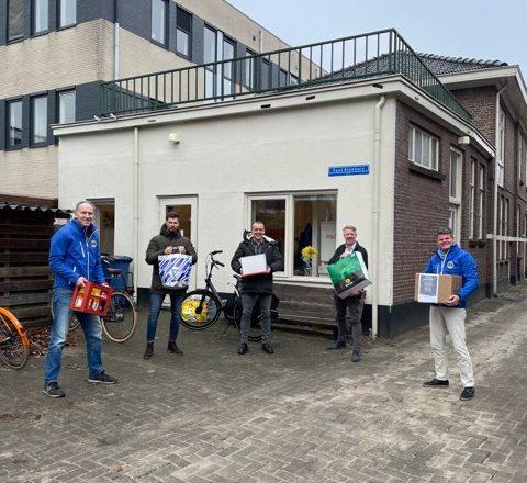 Lionsclub Apeldoorn doneert 1.100 euro voor kerstpakketten aan Stichting Zwerfjongeren Apeldoorn.