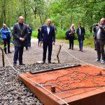 Burgemeester Heerts onthult monument voor beladen bos Hoog Soeren